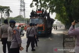 Polisi hadang truk berisi rombongan demonstran remaja