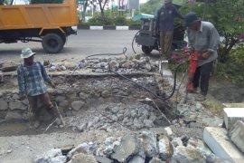 PUPR Banda Aceh perbaiki pelat beton jalan akibat truk terperosok