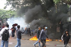Unjuk rasa tolak UU Cipta Kerja di Malang ricuh, polisi tembakkan gas air mata