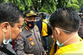 Aksi simpatik polisi dalam pengamanan demo mahasiswa di Banjarmasin