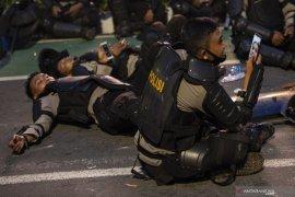 Sebanyak 23 polisi terluka bentrok dengan perusuh susupi aksi tolak UU Cipta Kerja