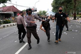 Polisi amankan pengunjuk rasa bawa samurai saat demonstrasi