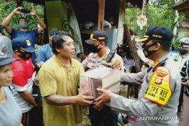 Kapolres Bangli bantu paket sembako ke korban longsor