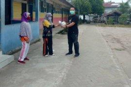Puluhan lansia terima bantuan hand sanitizer dan masker dari Lurah Hikun