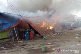 Sejumlah kios pedagang di tempat penampungan Pasar Cibadak Sukabumi terbakar
