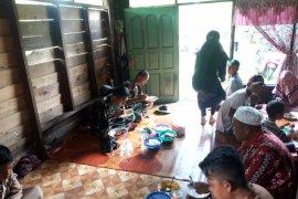Layaknya keluarga besar, Satgas TMMD ajak warga makan bersama