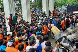 Polisi bubarkan aksi mahasiswa di DPRD Jambi gunakan  gas air mata