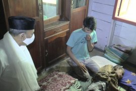 M Rusli sampaikan program pengobatan gratis saat jenguk Budriansyah
