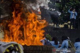 Aksi protes tindakan represif polisi