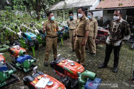 Anggota DPR RI serahkan bantuan dari dua kementerian di Kota Bogor