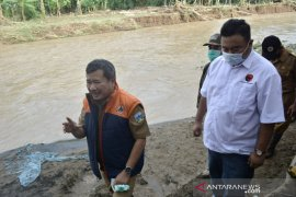 Lima rumah warga terbawa hanyut banjir bandang di Garut