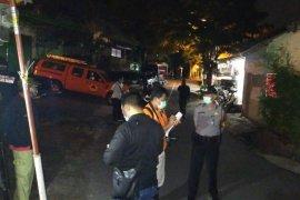 Pria tengah baya meninggal di belakang kemudi, polisi evakuasi pakai APD