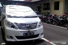 Mobil mantan anggota DPR RI Wa Ode Nur Zainab  dirusak di kawasan Puncak-Cipanas