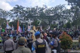 Aliansi Buruh Kalbar demo tolak UU Cipta Kerja di Gedung DPRD