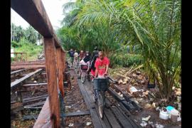 Satgas TMMD bantu anak-anak seberangi jembatan darurat
