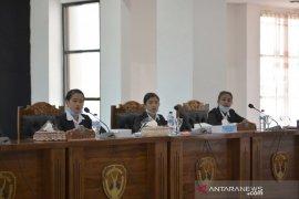 Belasan pelajar belajar menjadi anggota Dewan