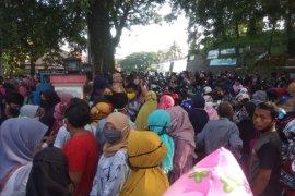 Cegah COVID-19, Satpol PP Lebak bubarkan kerumunan di Kantor Koperasi dan UKM