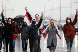 Ribuan massa turun ke jalan di Belarus meski ada ancaman senjata