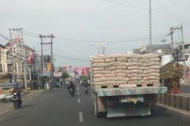 Truk besar melewati kawasan bisnis kota Bandarlampung Page 1 Small