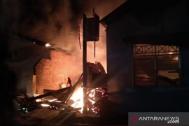 Kebakaran hanguskan delapan unit rumah warga di Padang
