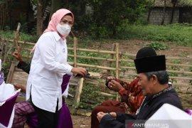 Gaya Kampanye Ratu Tatu, Bagi-bagi Masker hingga Kunjungi Home Industry