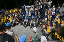 Kapolda Kalsel temui massa mahasiswa tak bubarkan diri