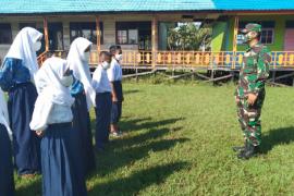 Pelajar SMP 3 Pulau Hanaut dapat latihan PBB dari personel Satgas TMMD