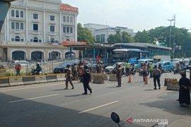 Sejumlah ambulans disiagakan di lokasi demo BEM Seluruh Indonesia Kawasan Monas