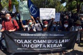 Unjuk rasa menolak omnibus law di Bali