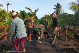 TNI menularkan semangat membara kepada warga di Pulau Hanaut