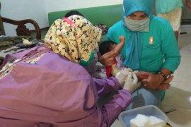 Petugas kesehatan lakukan vaksinasi pada anak dari rumah ke rumah di Lebak