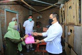 Bupati Anas salurkan bantuan presiden kepada pelaku usaha mikro Banyuwangi