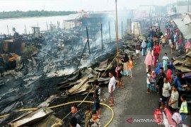 Pasar terbakar, warga menyelamatkan diri hingga mencebur ke sungai