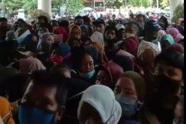 Ratusan  warga Tangerang berdesakan saat antre mendaftar penerima bansos UMKM
