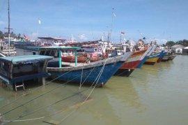 Nelayan tradisional pesisir selatan Lebak tidak melaut akibat gelombang tinggi disertai angin kencang