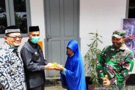 Bupati Nagan Raya serahkan rumah bantuan untuk warga miskin dari dana CSR