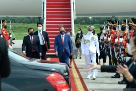 President Jokowi warmly welcomes PM Suga at Bogor Palace