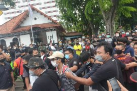 169 orang diamankan saat unjuk rasa tolak UU Cipta Kerja di Surabaya