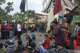 Shalat berjamaah di depan Gedung DPRD Kalbar warnai demo