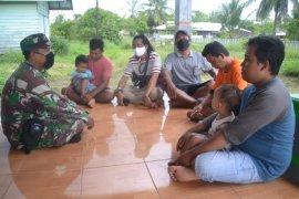 Anjangsana ke warga, Satgas TMMD 1015/Sampit sosialisasi bahaya Karhutla