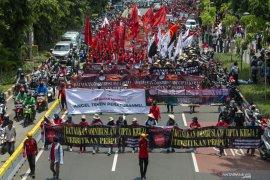 Aksi buruh tolak UU Cipta Kerja, lalu lintas di sekitar Istana Merdeka dialihkan