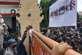 Belasan pelajar diamankan polisi saat hendak ikut demo UU Cipta Kerja di Kediri