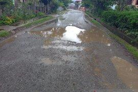 Jalan penghubung tiga desa di Kerinci rusak