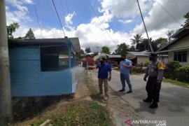 TPL dan Pemerintah Desa Hutatinggi Parmonangan semprot disinfektan antisipasi penyebaran COVID-19