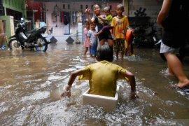 BPBD evakuasi warga korban banjir di Kota Bekasi