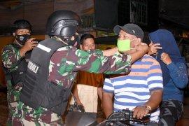 Satgas COVID-19 bagikan ribuan masker kepada warga di Belawan