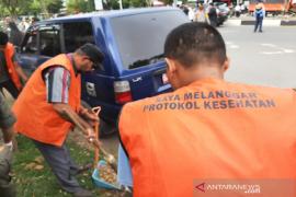 Pelanggar prokes di Aceh langsung dihukum sapu jalan