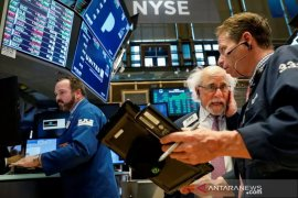 Wall Street ditutup bervariasi dengan stimulus dan laba menjadi fokus