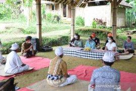 Bupati Tabanan serahkan bantuan kepada pemangku di Desa Angseri