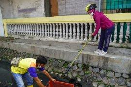 Antisipasi banjir musim hujan, Wali Kota Mojokerto Ning Ita cek saluran air